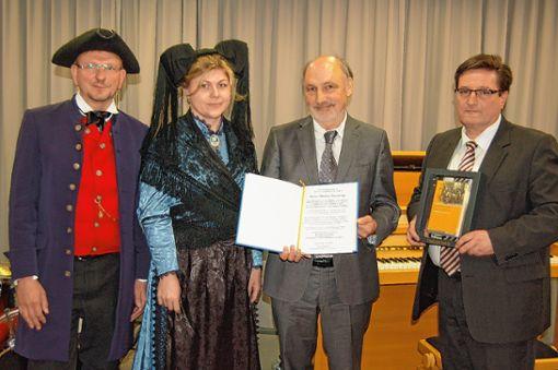 Hebeldank und Schatzkästlein überreichte Hebelbund-Präsident Volker Habermaier (r.) an Museumsleiter Markus Moehring. Foto: Die Oberbadische