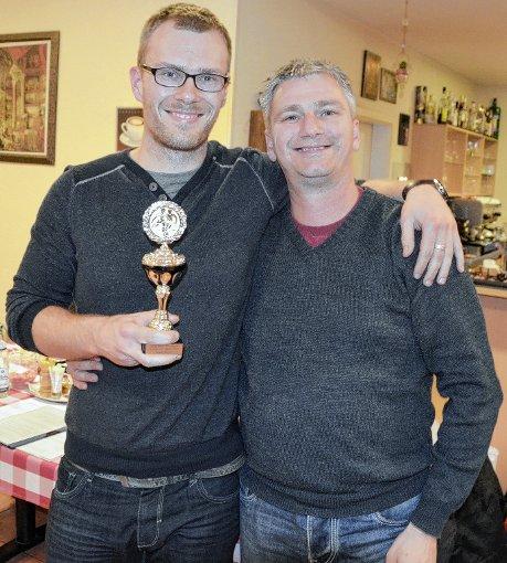 Sportler des Jahres: Markus Kimmelmann überreicht Frank Böhler (links) die Trophäe.   Foto: Marco Schopferer Foto: Weiler Zeitung