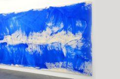 Wie Wandmalerei: Viele Meter breitet sich Renée Levi mit diesem Bild über die Wand des Kunsthauses Baselland bei der Regionale19 aus. Foto: Jürgen Scharf