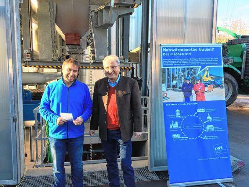 """Daniel Weiß von der EWS (links) und Bürgermeister Peter Palme freuten sich, viele Interessierte beim """"Tag der offenen Tür"""" in der Heizzentrale begrüßen zu können. Foto: zVg"""