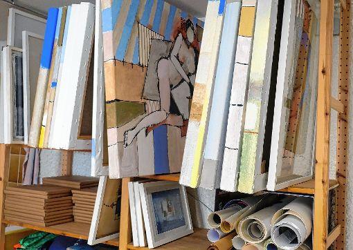 Die Regale füllen sich in der neuen Maulburger Werkstatt mit Bildern.   Fotos: Jürgen Scharf Foto: Markgräfler Tagblatt