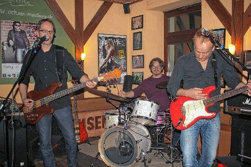 """""""Andy Susemihl & Superfriends"""" brannten   ein regelrechtes Feuerwerk der Rock- und vor allem Bluesrockmusik in der Musikkneipe """"Ochsen"""" in Maulburg ab.     Foto: Gerd Lustig Foto: Markgräfler Tagblatt"""