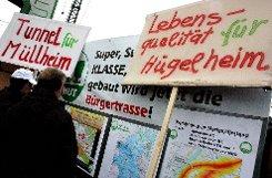 Rheintalbahn im Blick: (v.l.) Günter Danksin, Fritz Deutschmann, Patrick Rapp, Armin Schuster und Ulrich Lange  . Foto: Sigrid Umiger Foto: Die Oberbadische