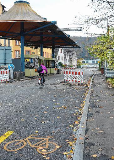Die Baken am  Grenzübergang Hörnle sollen verschwinden. Radfahrer können die Landesgrenze dann auf dem von Basel kommenden Radfahrschutzstreifen   passieren. Für den motorisierten Verkehr wird eine Geschwindigkeitsbegrenzung von zehn Kilometern pro Stunde angeordnet.               Foto: Manfred Herbertz Foto: Die Oberbadische
