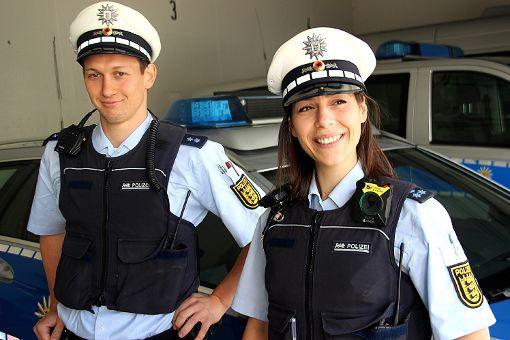 Die Polizeibeamten Mirko Balo und Giovanna Di Nuzzo testen im Streifendienst sechs Wochen   lang die Schulterkameras.     Fotos: Siegfried Feuchter Foto: Weiler Zeitung