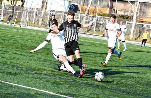 Weils Simon Rübin grätscht in dieser Szene Ioan-Cosmin Ungur vom Bosporus FC den Ball vom Fuß. Foto: Mirko Bähr