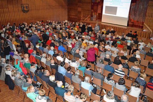 """Das Haus der Begegnung war komplett besetzt. Fast 500 Zuschauer sahen den Film """"Grenzach-Wyhlen – Zwischen Rührberg, Rhein und Reben"""". Foto: Die Oberbadische"""