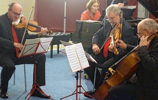 """Gutes Team: das Offenburger Streichtrio mit Andrea Kauten am Klavier bei """"Klassik im Krafft-Areal. Foto: Jürgen Scharf"""