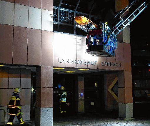 """Mit der Drehleiter wird ein """"Verletzter"""" vom Balkon des Landratsamtes gerettet.   Foto: Gottfried Driesch Foto: Die Oberbadische"""