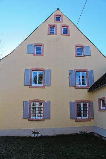 Die Fensterläden am Rathaus in Wintersweiler sind nach wie vor marode. Foto: Reinhard Cremer