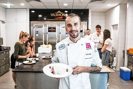 """Mike Kainz aus Weil am Rhein mit einem seiner kreativen Desserts. Jetzt will der 23-Jährige den Titel """"Patissier des Jahres"""" holen.   Fotos: zVg Foto: Weiler Zeitung"""