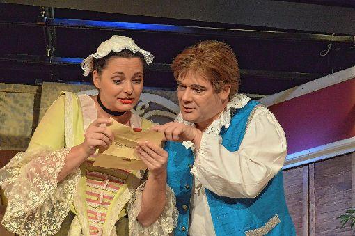 Vanessa Schneider als Blandina und Rainer Sautter als Truffaldino.   Foto: Veronika Zettler Foto: Die Oberbadische