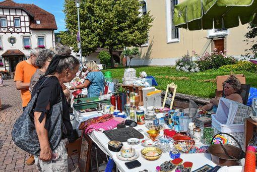 Der erste Hertner Dorfflohmarkt rund um den Lindenplatz kommt beim Publikum gut an.  Foto: Heinz Vollmar Foto: Die Oberbadische