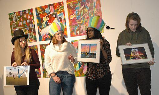 Die Weiler Realschüler zeigten einige der Werke, die derzeit in der Galerie zu sehen sind.   Foto: Marco Fraune Foto: Weiler Zeitung