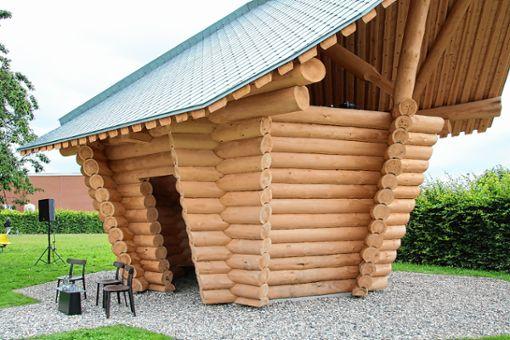 """Das """"Blockhaus"""" von Thomas Schütte ist neu auf dem Vitra Campus. Foto: Weiler Zeitung"""