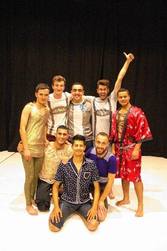 """Die Theatergruppe """"Hotel HullyGully"""" auf der Bühne des neuen Theaterhauses    Foto: Markus Greiß Foto: Die Oberbadische"""