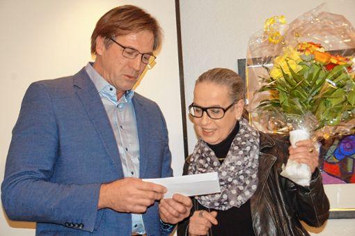 Vorsitzender Ralf Glück bedankt sich bei Fraktionsvorsinder Karin Reichert-Moser für ihren Einsatz.     Foto: Petra Wunderle Foto: Die Oberbadische