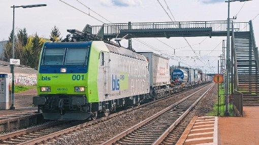 Geht es nach dem Willen der Region, sollen die Güterzüge bei Müllheim und Auggen in der Tieflage.  Foto: Alexander Anlicker Foto: Die Oberbadische