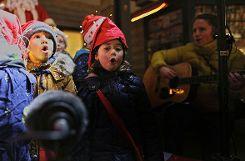 """Der Kindergarten """"Sapperlot"""" sang mehrere Weihnachtslieder. Foto: Kristoff Meller Foto: mek"""