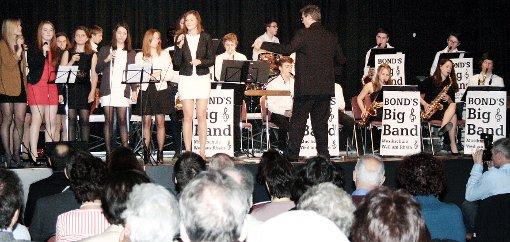 Gesangsschüler aus Frankreich traten gemeinsam mit Bond' s Big Band im Haus der Volksbildung auf.    Foto: Daniela Buch Foto: Weiler Zeitung