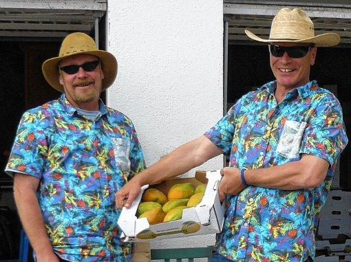 """Fröhlicher Früchteverkauf: Da der Spaß bei der """"Hilfe zur Selbsthilfe"""" keinesfalls  zu kurz kommen soll, haben sich Felix Wichert (links) und Jürgen Allzeit richtig """"in Schale geschmissen"""".  Foto: zVg Foto: Die Oberbadische"""