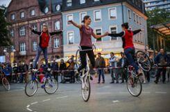 Die Kunstradgruppe des RSV Herten zog auf dem Alten Markt viel Publikum an. Foto: Kristoff Meller Foto: mek