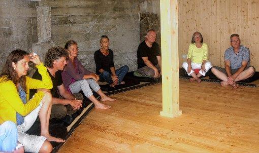 Besucher der Zenklause bei der Sitz-Meditation, die helfen soll, wieder zu sich selbst zu finden.    Fotos: Heiner Fabry Foto: Markgräfler Tagblatt