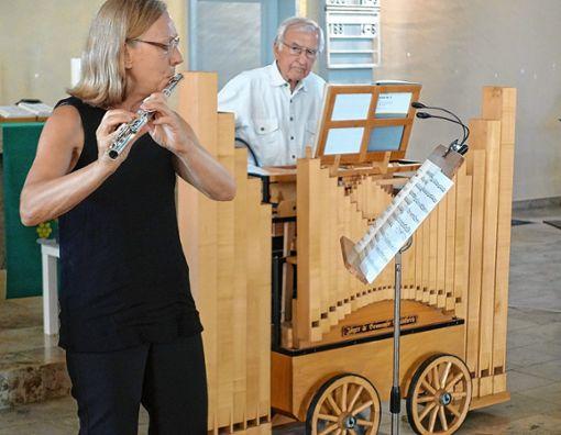 Das Instrument Orgel einmal anders war beim Orgeltag  zu hören, mit dem Drehorgelspieler Jürgen Braun und der Flötistin Annette Bronner.    Foto: Jürgen Scharf Foto: Die Oberbadische
