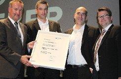 Olaf Kather (l.) vom Einzelhandelsverband ehrte die Geschäftsführung mit Norbert Schoeffel, Dieter Hieber und Karsten Pabst. Foto: Gerd Lustig Foto: Die Oberbadische