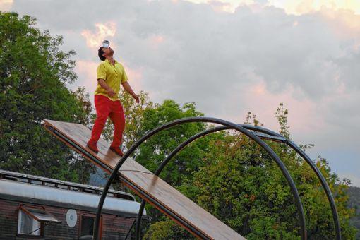 Balanceakt mit der Glaskugel in luftiger Höhe.    Fotos: Gudrun Gehr Foto: Markgräfler Tagblatt