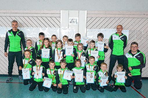 Die erfolgreichen C-, D- und E-Jugendringer des TSV Kandern mit ihren Trainern   Foto: zVg Foto: Weiler Zeitung