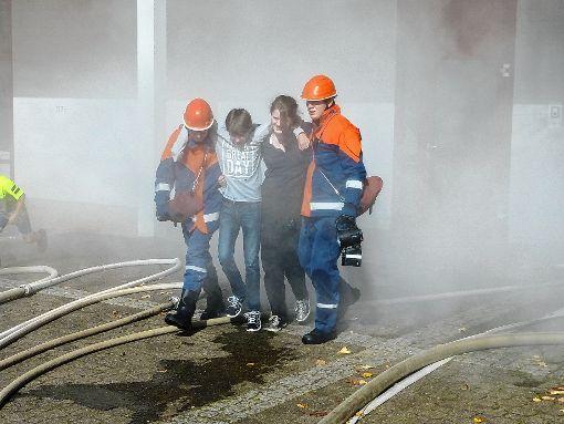 Aus dem verrauchten Gang werden zwei vermisste Personen gerettet.           Foto: Gottfried Driesch Foto: Die Oberbadische
