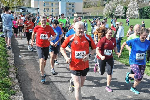 Das Teilnehmerfeld des Hauptlaufs und des Hobbylaufs ist gestartet.   Foto: Jutta Schütz Foto: Weiler Zeitung