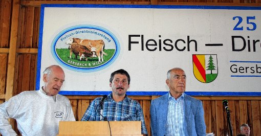 Podiumsgespräch:  Rolf Strohm, Vorsitzender Ulrich Eichin und Hauptabnehmer Jörg Hieber  (von links) erinnerten an die Anfänge und die Entwicklung, die die viel gelobte Direktvermarktung nahm. Foto: Markgräfler Tagblatt