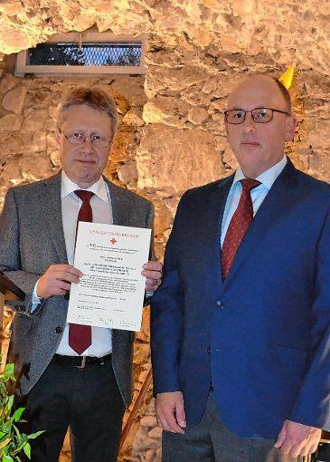 Bürgermeister Andreas Wießner (links) ehrte den vielfachen Blutspender   Markus Held.                 Foto: Paul Berger Foto: Markgräfler Tagblatt