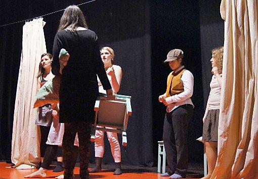 Die Schauspieler des jungen Theaters bereiten sich auf ihre Aufführung vor.    Foto: Birgitta Doppstadt Foto: Die Oberbadische