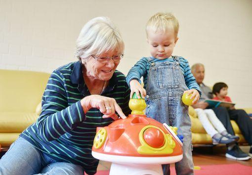 Kinder und Senioren profitiren von altersübergreifenden Begegnungen.   Foto: Archiv Foto: Die Oberbadische