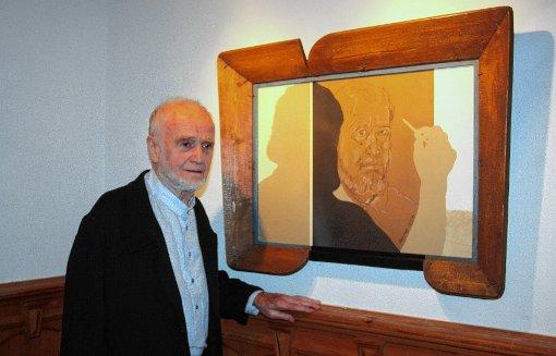 Der Holzener Künstler Max Sauk vor einem Selbstbildnis aus den 1990er-Jahren in der aktuellen Ausstellung im Großherzoglichen Palais in Badenweiler.    Foto: Walter Bronner Foto: Weiler Zeitung