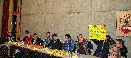 Jugendreferentin Janette Sowa (links) war am Montag mit rund zehn Jugendlichen zum ersten Jugendforum in den Zeller Rathaussaal gekommen, um den Gemeinderäten darzulegen, dass das Jugendzentrum  stark ausgelastet ist und man mit Platzproblemen zu kämpfen hat.  Foto: Peter Schwendele Foto: Markgräfler Tagblatt