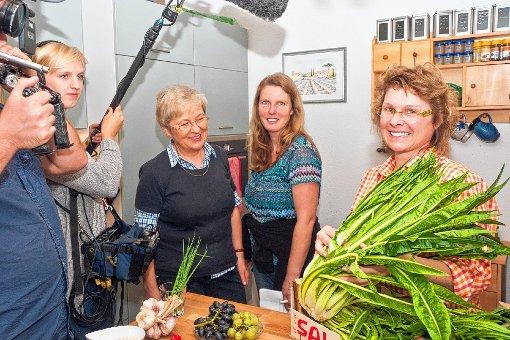 Gruppenbild mit Gemüse: Karin Schindler mit der Catalogna, Kirsten Ruppel und Gertrud Stange (v.r.) beim Drehtermin des SWR in ihrer Küche   Foto: zVg Foto: Weiler Zeitung