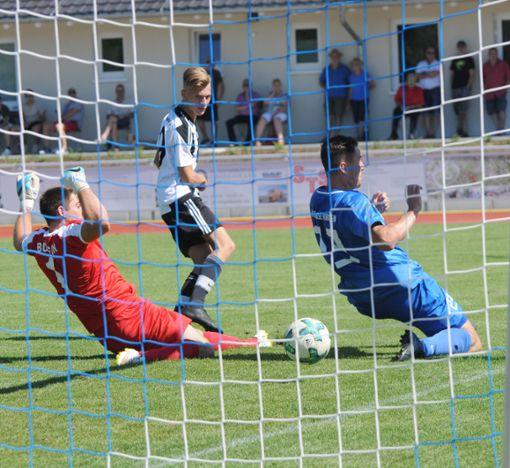 Das 0:1: Emanuel Esser (Mitte) schiebt den Ball zwischen Torwart Jörg Bürgin (links) und Simon Diodene ins Netz.    Foto: Uli Nodler Foto: Die Oberbadische