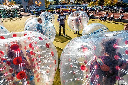 """Beim """"Bubble Fußball"""" werden bisweilen auch die gut geplsterten Akteure ins Tor befördert.    Foto: Mike Bach Foto: Die Oberbadische"""