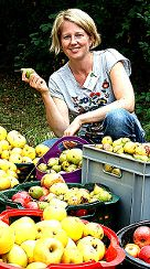Astrid Deek vom Truz freute sich über erstaunlich viel Streuobst. Foto: Weiler Zeitung