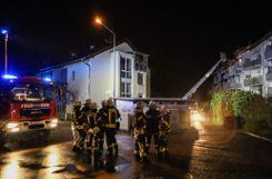 Bei einem Wohnungsbrand in Brombach wurden am Freitagabend drei Personen verletzt. Die Einsatzkräfte waren mit einem Großaufgebot im Einsatz. Foto: Kristoff Meller Foto: mek