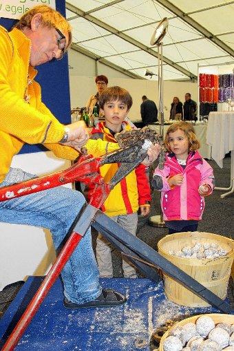 Auch für Kinder etwas dabei: Mineralienfachhändler Christian Egeler knackt eine Druse.    Foto: Markus Greiß Foto: Die Oberbadische