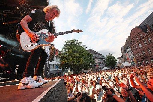 Nah an den Fans: Gitarrist Rick Parfitt rockt den Marktplatz. Fotos: Kristoff Meller Foto: Kristoff Meller