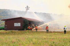 Trotz des raschen und umsichtigen Eingreifens der Feuerwehren aus Hausen, Schopfheim und Zell war das Ökonomiegebäude nicht mehr zu retten. Foto: Harald Pflüger  Foto: mek