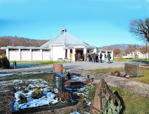 Nach der Umgestaltung ist die Aussegnungshalle in Fahrnau auch optisch in den  Friedhof intergiert.    Fotos: Werner Müller Foto: Markgräfler Tagblatt