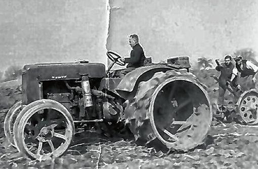 Bürgermeister Emil Müller, der Traktor hat wegen des Kriegs keine Gummibereifung   Fotos: zVg Foto: Weiler Zeitung