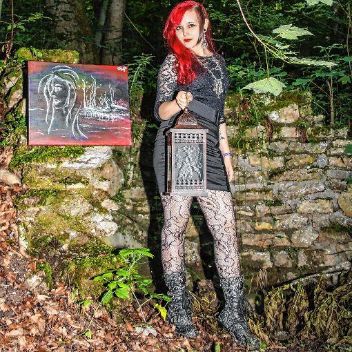Kathrin Maj neben einem ihrer Werke  Foto: Rolf Rombach Foto: Die Oberbadische